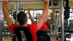 Mężczyzna podczas sprawność fizyczna czasu zbiory wideo