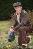 Mężczyzna podlewania rośliny Fotografia Royalty Free