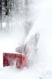 Mężczyzna podmuchowy śnieg z maszyną obraz stock