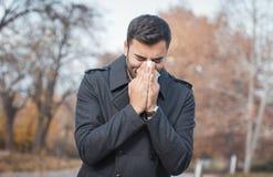 Mężczyzna podmuchowy nos zdjęcie royalty free