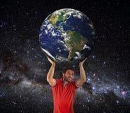Mężczyzna podnosić Ziemską planetę nad głowa obraz royalty free