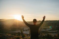 Mężczyzna podnosi ręki w górę pokazywać jak jest bezpłatny i szczęśliwy obrazy stock