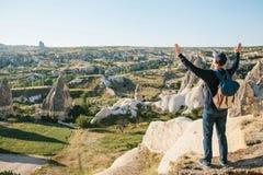 Mężczyzna podnosi ręki w górę pokazywać jak jest bezpłatny i szczęśliwy obrazy royalty free