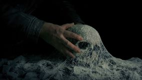 Mężczyzna Podnosi Up czaszkę W Antycznym grobowu zbiory wideo