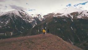 Mężczyzna podnosi up kobiety na krawędzi góry zdjęcie wideo