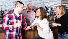 Mężczyzna podnosi up kobiety w barze zdjęcie royalty free