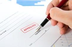 Mężczyzna podpisuje kontrakt z piórem Zatwierdzony znaczek Na dokumencie Zdjęcia Stock
