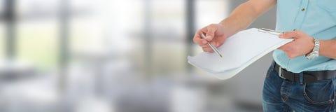 Mężczyzna podpisywania papieru zgoda z okno przemianą Zdjęcie Stock