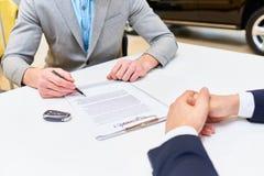 Mężczyzna podpisywania papiery Kupować samochód fotografia stock
