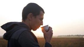 Mężczyzna podróżnik wręcza trzymać filiżankę herbata lub kawa cudownego ranku gorący napój na podróży Przygoda, podróż, turystyka zbiory wideo