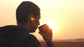 Mężczyzna podróżnik wręcza trzymać filiżankę herbata lub kawa cudownego ranku gorący napój na podróży Przygoda, podróż, turystyka zbiory