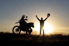 Mężczyzna podróżować i wschód słońca niespodzianka zdjęcie royalty free