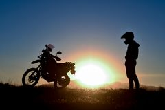Mężczyzna podróżować i wschód słońca niespodzianka fotografia royalty free
