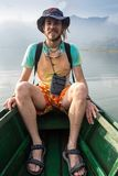 Mężczyzna podróżuje łodzią zdjęcia stock