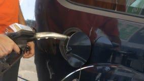 Mężczyzna podsadzkowy samochód z gazem Mężczyzna ` s ręka używać dystrybutor paliwowa wypełniać jego samochód up z paliwem zbiory wideo