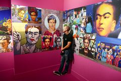 Mężczyzna podziwia Frida Kahlo wystrzał ikona zdjęcia stock
