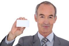 Mężczyzna pokazuje businesscard Obrazy Stock