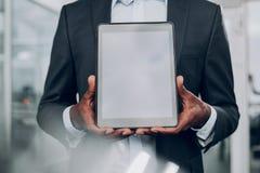 Mężczyzna pokazuje jego komputer osobisty pastylkę i trzyma oba rękami zdjęcie royalty free