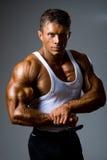 Mężczyzna pokazuje jego mięśnie w studiu Fotografia Stock