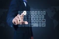 Mężczyzna pokazuje komputerowych klucze Obrazy Stock