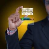 Mężczyzna pokazuje komputerowych klucze Zdjęcia Royalty Free