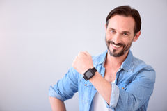 Mężczyzna pokazuje mądrze zegarek na jego nadgarstku obrazy stock