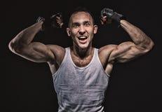 Mężczyzna pokazuje mięśniowe ręki Zdjęcie Stock