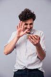 Mężczyzna pokazuje powitanie gest na sieci kamerze Obrazy Royalty Free