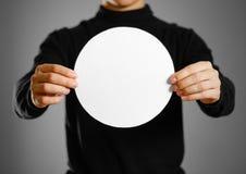 Mężczyzna pokazuje pustego round białego papier Ulotki prezentacja Pamph zdjęcia stock