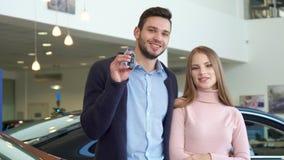 Mężczyzna pokazuje samochodowego klucz przy przedstawicielstwem handlowym zdjęcie wideo