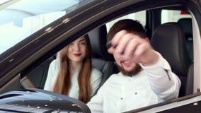 Mężczyzna pokazuje samochodu klucz przez okno zdjęcie wideo