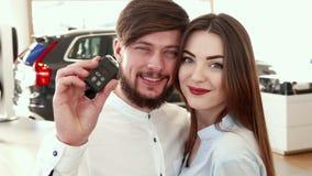Mężczyzna pokazuje samochodu klucz przy przedstawicielstwem handlowym zbiory wideo