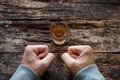Mężczyzna pokazuje siłę woli no pić alkoholu Obrazy Royalty Free
