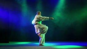 Mężczyzna pokazuje technikę karate zbiory