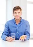 Mężczyzna pokazuje udział pigułki w domu zdjęcia royalty free