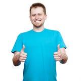 mężczyzna pokazywać młode uśmiechnięte aprobaty Fotografia Stock
