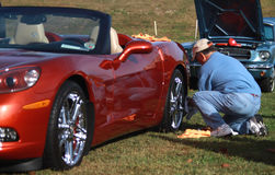 Mężczyzna polerownicza korweta toczy podczas samochodowego przedstawienia Obrazy Royalty Free