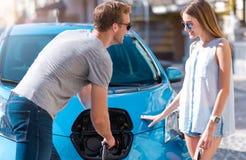 Mężczyzna pomaga kobieta ładować samochód obrazy stock