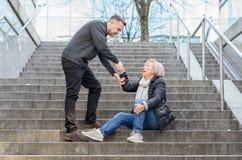 Mężczyzna pomaga kobieta wstawał Zdjęcie Royalty Free