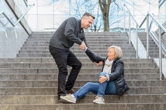 Mężczyzna pomaga kobieta wstawał Fotografia Royalty Free