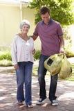 Mężczyzna Pomaga Starszej kobiety Z zakupy obraz royalty free