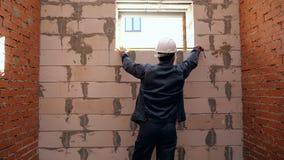 Mężczyzna pomiarowa długość okno w budynku zbiory wideo