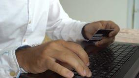 Mężczyzna pomyślnie płaci online target2347_1_ karciani pojęcia kredyta kuli ziemskiej internety kartografują płatniczego świat zdjęcie wideo