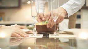 Mężczyzna porci kolacja dla romantycznego wieczór Romantyczny pojęcie zbiory wideo