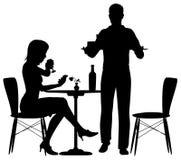 Mężczyzna porci posiłek Zdjęcia Royalty Free