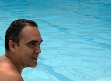 Mężczyzna portreta szczęśliwy zakończenie up w basenie obrazy stock