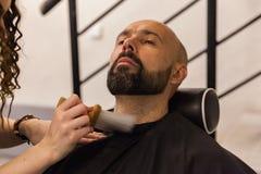 mężczyzna potrzeby przystosowywać brodę w fryzjera męskiego sklepie fotografia stock