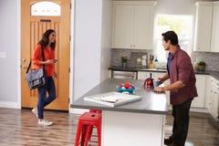 Mężczyzna powitania kobiety oddawania dom Od pracy zdjęcia stock