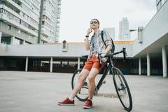 Mężczyzna pozuje obok jego bicyklu fotografia stock