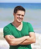 Mężczyzna pozuje w plaży Obraz Royalty Free